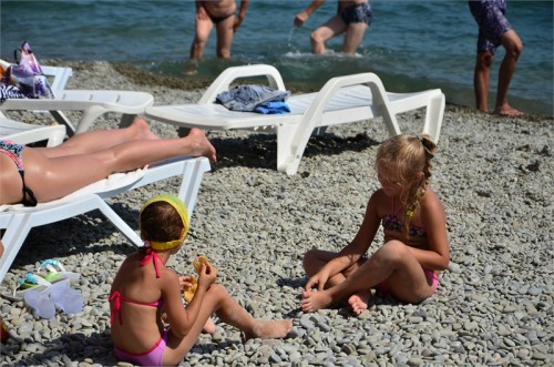 Дети на пляже в Алуште